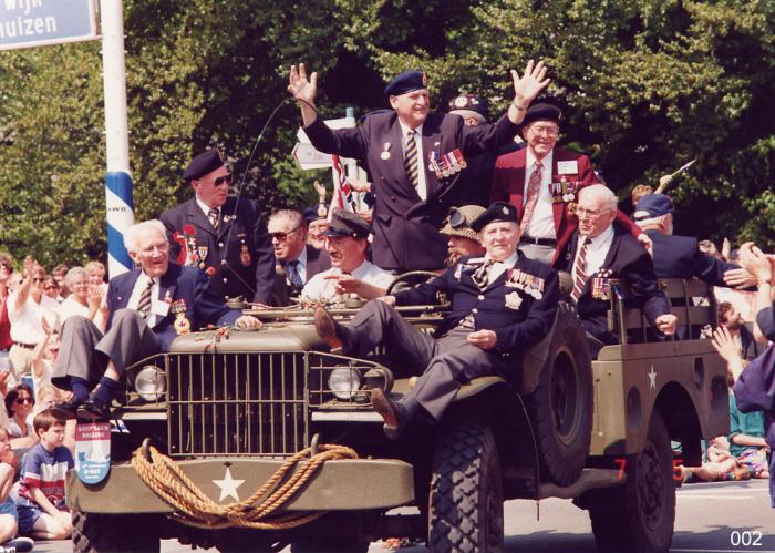 Optocht veteranen ter gelegenheid van bevrijdingsdag 5 mei 1995